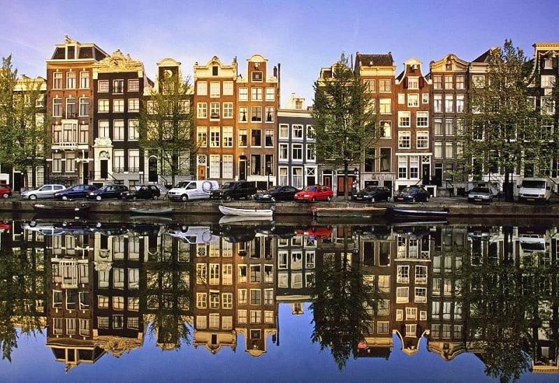 Casas e carros em Amsterdã