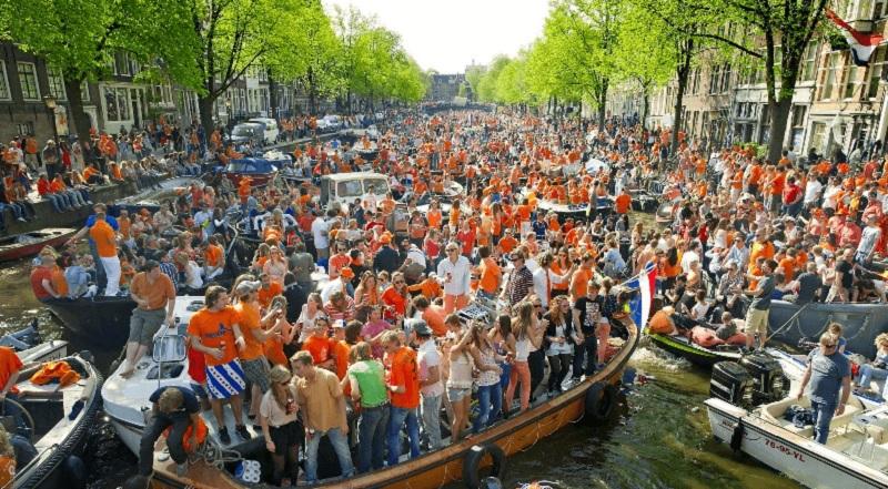 Atividade no Dia do Rei em Amsterdã
