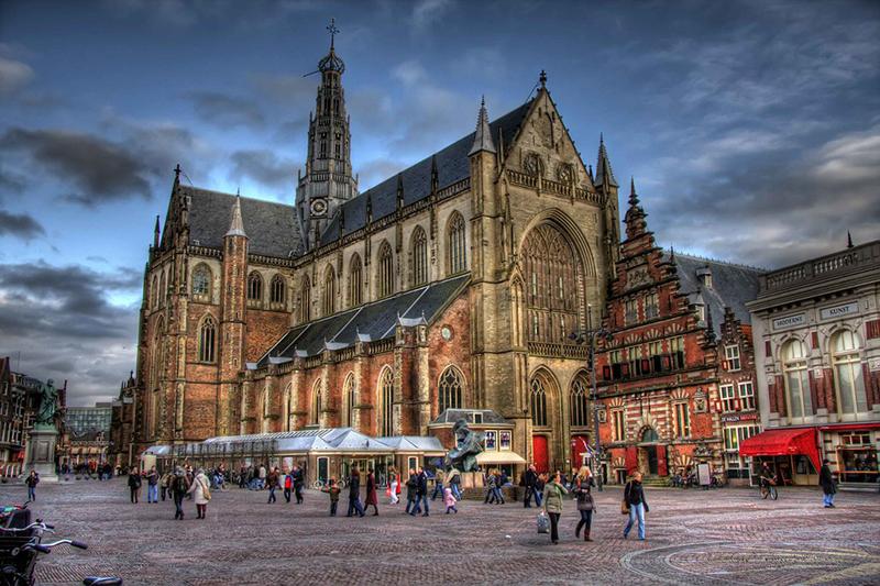 Grote Markt em Haarlem na Holanda