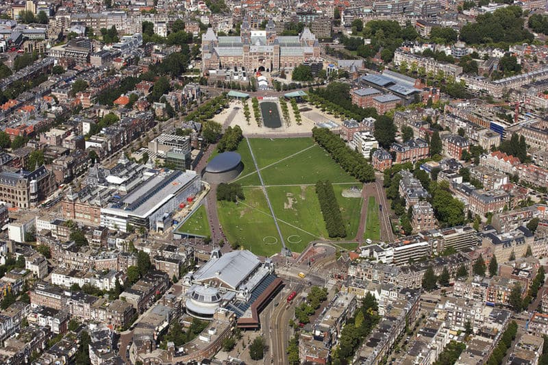 Como é a Museumplein em Amsterdã