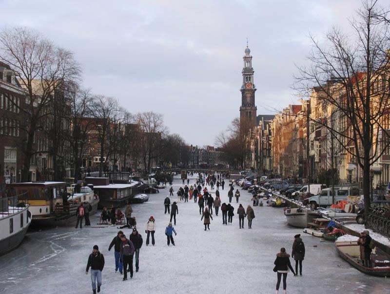 Patinação no gelo no inverno de Amsterdã